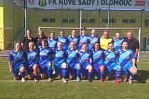 Havířovské fotbalistky si udělaly v Olomouci společnou fotku.