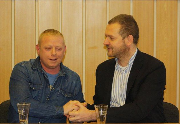 Martin Horňák zKarviné (vriflové košili) převzal vúterý ocenění Gentleman silnic. Zhořícího vozu vyprostil Stanislava Karase (vsaku).