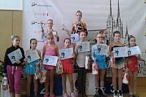 Laura Kotyzová (v růžovém) na stupních vítězů. Karvinské děti v Brně uspěly.