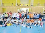 Účastníci akce smíšených volejbalových družstev.