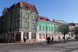 Chátrající domy na Masarykově náměstí. Ilustrační foto.