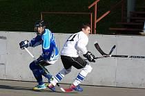 Na snímku Jan Šmíd (v modrém), střelec jediných dvou branek Warriors.