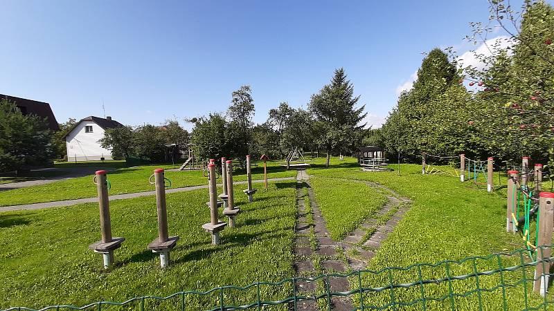Karviná-Louky. Z původní obce zbylo torzo poté, co její velká část padla v 80. letech za oběť těžbě uhlí. Dětské hřiště u mateřské školy.