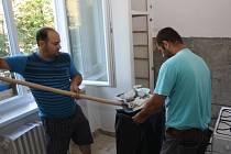 Pracovníci Havířovského sociálního podniku při rekonstrukci městského bytu v ulici 17. listopadu.
