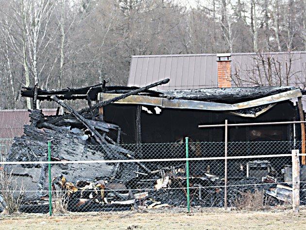 Vyhořelá zahradní chatka