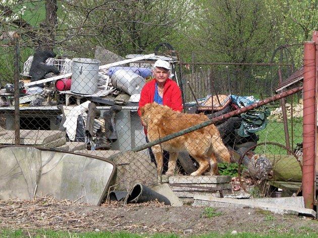 Eva Libotovská na zahradě plné odpadu.