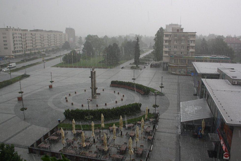 Krupobití v sobotu 28. 5. 2016 v centru Havířova.