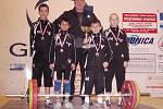 Mistři republiky v kategorii starších žáků. Zleva Dučay, Polák, trenér Khek, M. Moskal a V. Moskal s pohárem vítězů.
