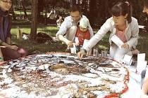 Svátek čaje baví celé rodiny. Na snímku sypání čajové mandaly, akce ale nabízí i spousty dalších aktivit.