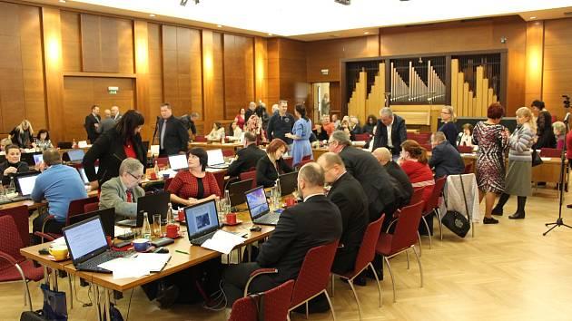 Zasedání havířovských zastupitelů v KD Radost.