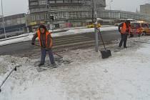 Úklid sněhu v centru Havířova.