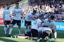 Karvinští fotbalisté se radují z branky na Spartě. Soupeři dali celkem tři.