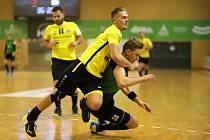 Frýdecký Martin Kocich (ve žlutém) bojuje s karvinským Matějem Nantlem. Házenkáři pokračují v derby.