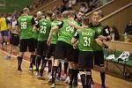 Karvinští házenkáři (v zeleném) ovládli bojovné nedělní derby s Kopřivnicí.