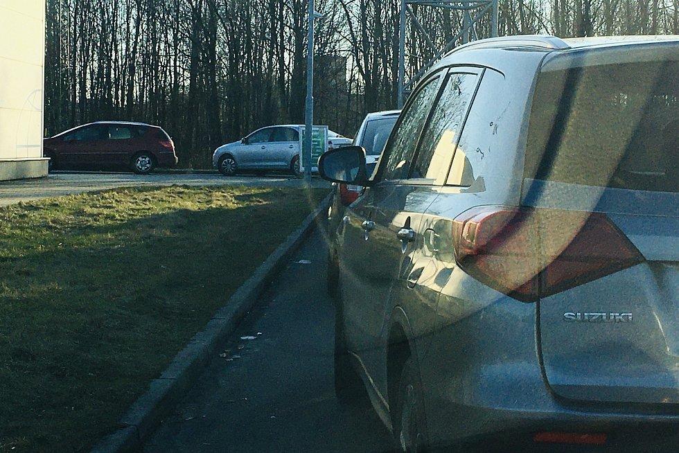 Před avizovaným uzavřením myček (s výjimkou těch bez obsluhy) se řada řidičů vydala umýt svá vozidla. Na snímku kolona vozidel u myčky Globus v Havířově.