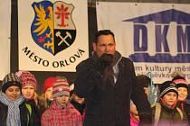 V Orlové v pondělí slavnostně rozsvítili vánoční strom. Zazpíval k tomnu Pavel Vítek, který pak společně s Terezou Kerndlovou odpočítali vteřiny do rozsvícení stromu. Poté nebe rozzářil ohňostroj.