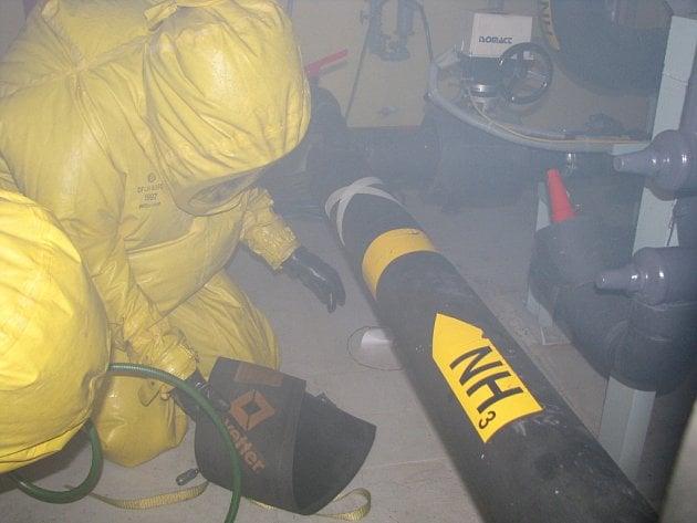 Cvičení hasičů motivované únikem čpavku ze strojovny zimního stadionu. Zajištění místa úniku čpavku.