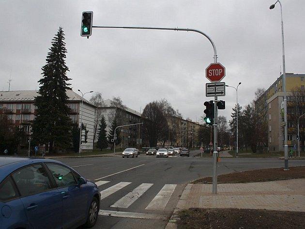 Křižovatka Dlouhé třídy a ulice 17. listopadu s modernizovanou světelnou signalizací v Havířově.