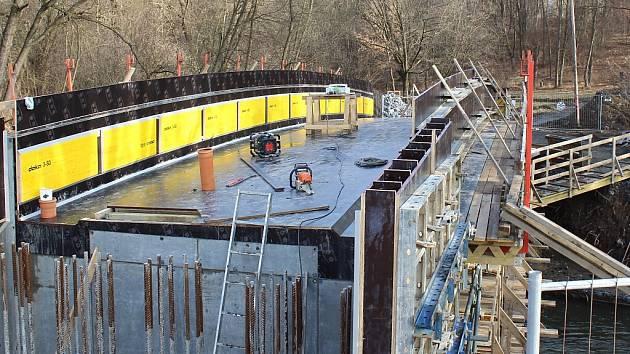Stavba nové lávky přes řeku Lučinu v Havířově.