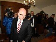 Premiér Bohuslav Sobotka a ministr zahraničních věcí Lubomír Zaorálek dorazili na jednání s představiteli karvinské radnice a také dalších měst okresu Karviná.