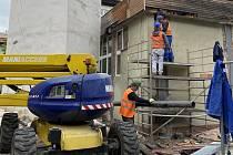 Dělníci už na nádvoří budovy polského gymnázia odstranili věžičku s hodinami.
