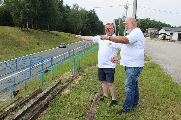 Organizátor motocyklových závodů Havířovský zlatý Kahanec Petr Hrabčák (vlevo) a komentátor Josef Kubíček v diskusi nad tratí.