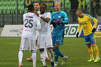 Petr Bolek (v modrém) může se spoluhráči slavit další bod.
