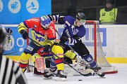 Hokejisté Havířova (v modrém) v posledním utkání série s Českými Budějovicemi. Emoce tekly proudem.