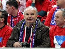 Oldřich Horák tak, jak ho známe. S fotoaparátem na mistrovství Evropy házenkářů.