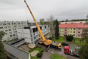 Dokončení stavby pavilonu z kontejnerů v Karvinská hornické nemocnici. Říjen 2020.