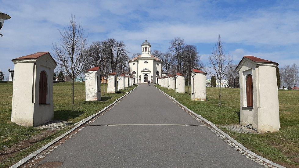 Petřvald. Křížová cesta vedoucí ke kostelu sv. Jindřicha.