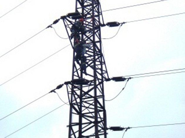 Hasiči zachraňovali sebevraha ze stožáru.