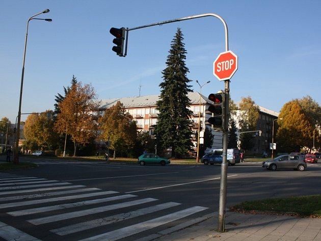 Světlená křižovatka Dlouhé třídy a ulice 17. listopadu před modernizací.
