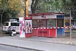 Některé stánky, kde se prodával rozlévaný alkohol, policisté s hygieniky uzavřeli.