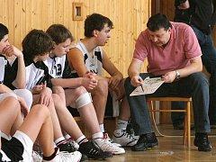 Trenér Roman Hamrus a karvinští basektbalisté.