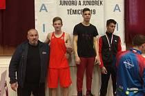 Jakub Klepek (v červeném) získal stříbro na MČR. Zcela vlevo trenér Roman Nevrla.