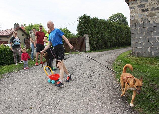 Petr Kuchař a jeho doprovodný tým se na trať kolem Československa vydali z Dětmarovic, kde bude 28. října i cíl celého běhu.