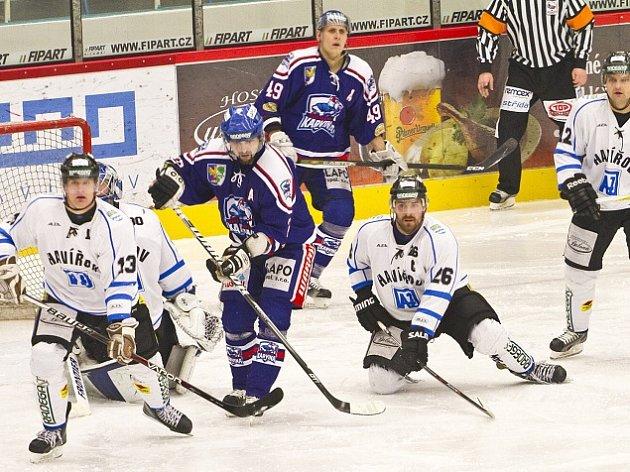 Hokejisté Havířova (v bílém) mění druhou ligu za prvoligovou kvalitu.