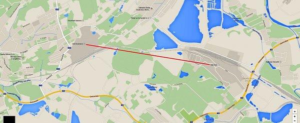 Červená linka znázorňuje vzdálenost zhruba 2,6km mezi bývalým Dolem Doubrava a Dolem ČSA.
