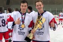 Zlatí kluci. Pavel Matěj a Štěpán Macháček (vpravo) s olympijskou trofejí.