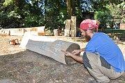 Dřevěné posezení se vyznačuje výškově rozdílnými opěradly.