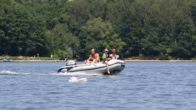 Motorový člun na hladině Těrlické přehrady.