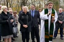 Farář P. Marcel Krajzl s tubusem před umístěním do kostelní věže.
