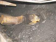 Práce v podzemí černouhlené šachty. Důlní kombajn. Ilustrační snímek.