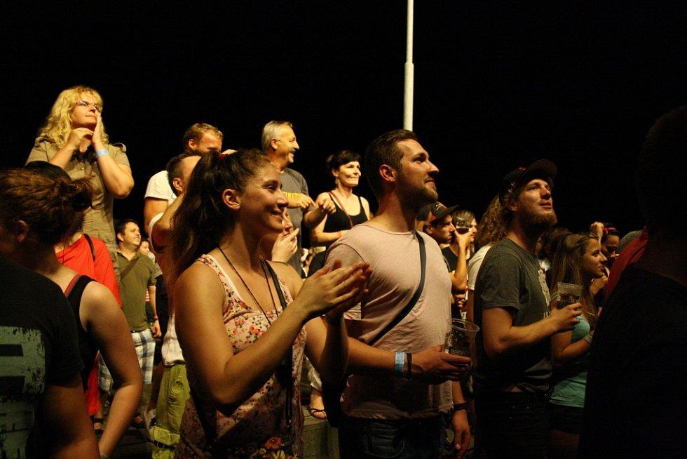 Hlavní hvězdou festivalu Dokořán byla kapela Monkey Business.