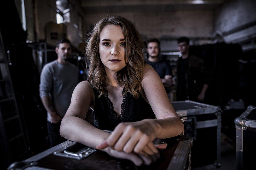 Českotěšínská kapela Izabel nazpívala a natočila klip k písni, kterým vyjadřuje smutek z uzavření česko-polské hranice.