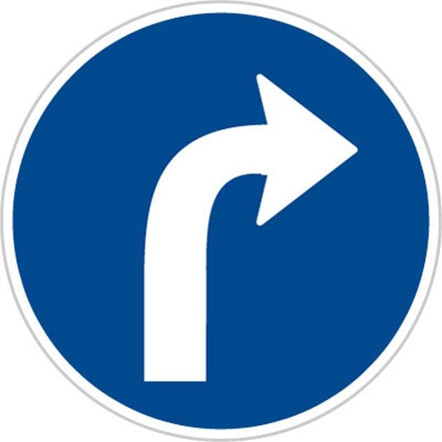 Dopravní značka C2b Přikázaný směr odbočení vpravo.