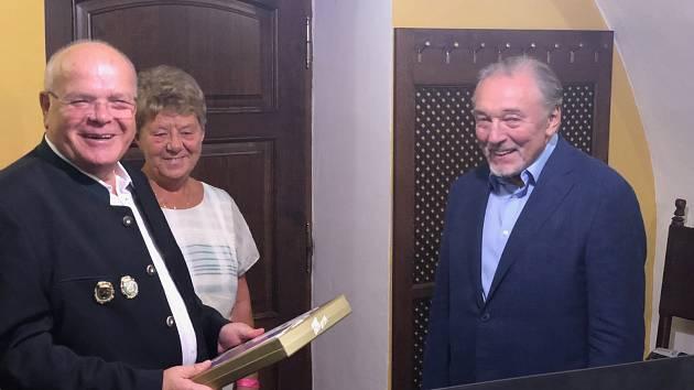 Fotka je ze setkání s Karlem Gottem v roce 2018.  Vojtěch Filsák s manželkou vlevo.