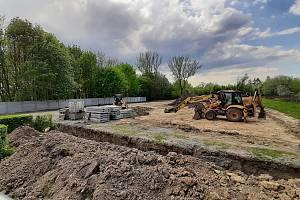 V Havířově nad letním kinem se buduje parkoviště pro více než 100 aut. Květen 2021.