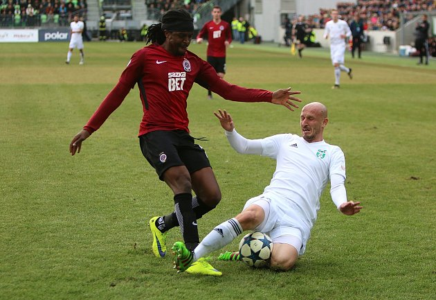 Karvinští fotbalisté (vbílém) uhráli se Spartou remízu 1:1.